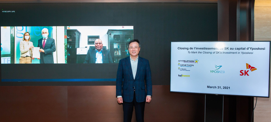 SK Inc. CEO Jang Dong-hyun, center, closes a deal with Genethon's CEO ]Frederic Revah and Magali Joessel, director of Bpifrance for the acquisition of bio firm Yposkesi on Wednesday. [SK INC.]