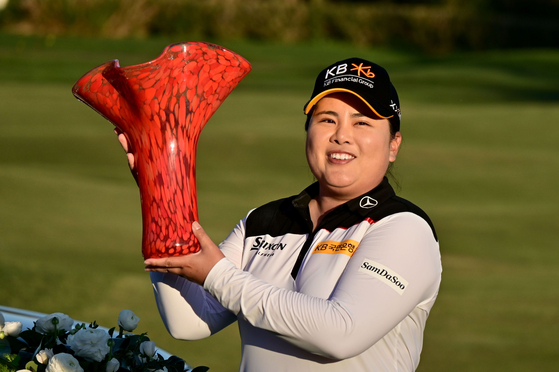 Park In-bee holds the winners trophy after her -14 under par victory during the final round of the Kia Classic at the Aviara Golf Club in Carlsbad, California on Sunday. [GETTY IMAGES/YONHAP]