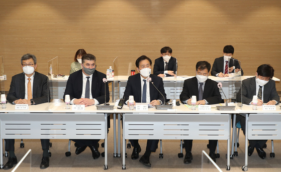 Minister of Industry Sung Yun-mo, center, poses with members of the new auto-related committee that launched Wednesday dedicated to net zero carbon emissions. Representatives from Hyundai Motor, GM Korea and Renault Samsung Motors are among the participants. [YONHAP]