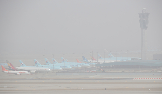 Yellow dust blankets Incheon International Airport on Monday. The Korea Meteorological Administration issued a yellow dust warning for the entire country as yellow dust from northern China and Mongolia reached Korea on Monday. [YONHAP]