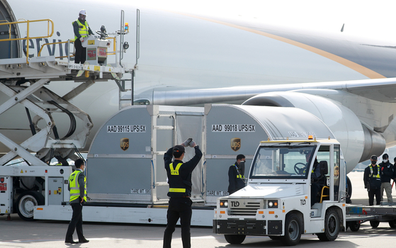 A shipment of 500,000 Pfizer doses for 250,000 people is unloaded from a United Parcel Service cargo plane at Incheon International airport on Wednesday. [YONHAP]