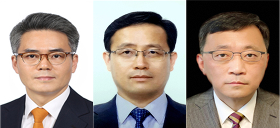 From left: Kim Gi-pyo, appointed Wednesday to presidential secretary for anti-corruption; Lee Hyong-il, secretary for economic policy; and Kim Jeong-won, secretary for digital innovation. [YONHAP]
