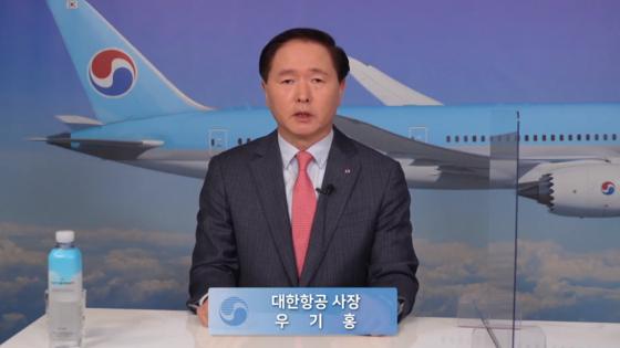 Korean Air Lines President Woo Kee-hong speaks to reporters on Wednesday. [JOONGANG PHOTO]