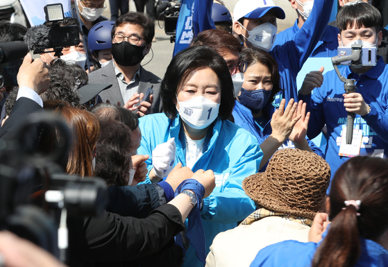 Democratic Party candidate Park Young-sun, center, meets voters in a stumping event near Isu Subway Station of Dongjak District, southern Seoul. [YONHAP]