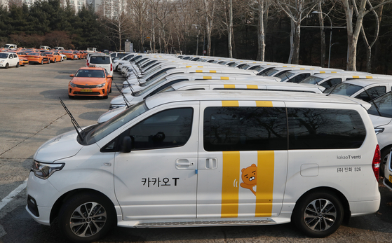 A large Kakao taxi sits in the parking lot of a taxi company in Seoul in February 2020. The government has decided to allow companies to provide app-based cab-sharing services from the first half of 2021. [YONHAP]