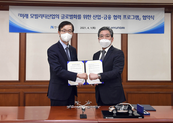 Bang Moon-kyu, Chairman and President of the Export-Import Bank of Korea, left, and Hyundai Motor CEO Chang Jae-hoon, at the bank's headquarters in Yeouido, western Seoul, on Thursday. [YONHAP]