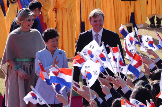 From right, King Willem-Alexander of the Netherlands, then-President Park Geun-hye and Queen Maxima of the Netherlands during the royal state visit to Korea in November 2014. The king and queen are being welcomed by young children in Korea holding flags of both nations at the Blue House. [JOINT PRESS CORPS]