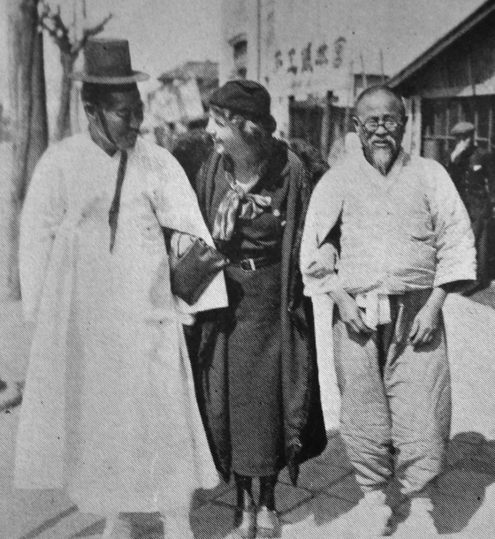 Hungarian journalist Julia Geszty (center) and Yun Chi-ho (right) in Seoul. The photo was likely taken in Insa-dong, central Seoul.  [HUNGARIAN EMBASSY]