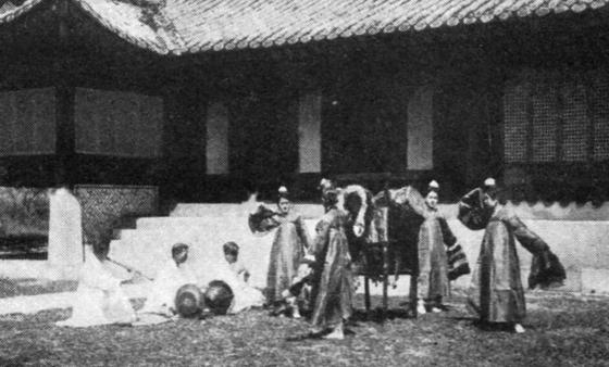 Kisaeng (singing girls) in a photo taken by Julia Geszty in 1934.  [HUNGARIAN EMBASSY]