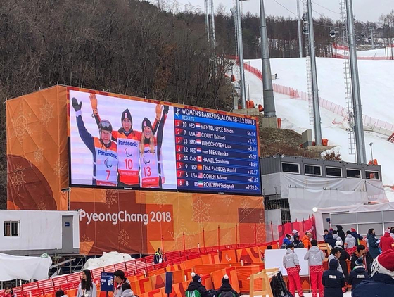 Dutch athletes score during the Women's Banked Slalom in the 2018 PyeongChang Winter Paralympics. [EMBASSY OF THE NETHERLANDS IN KOREA]