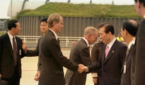 Former Korean President Kim Dae-jung arrives in Amsterdam in September 2002. [KOREA TV]