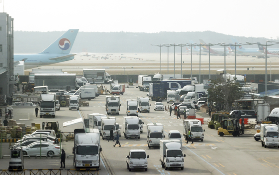 Export cargo to be loaded on airplanes at Incheon International Airport in December 2020. Export has been rising since November. [YONHAP]