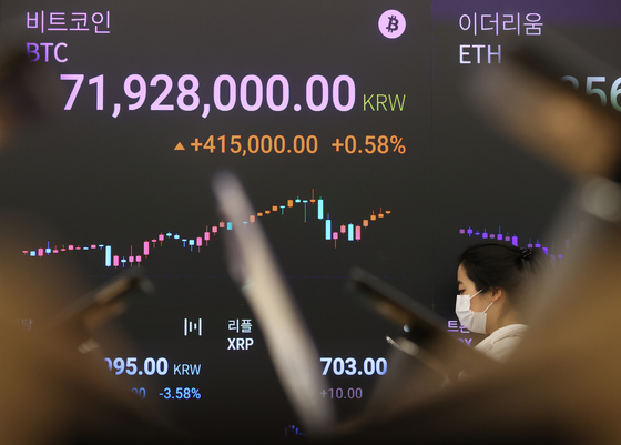 A display at Upbit, a cryptocurrency exchange in Gangnam District, southern Seoul, shows the price of bitcoin surpassing 71.9 million won ($63,600) Thursday. The price exceeded 72 million won at 1 a.m. for the first time. With demand for risky assets increasing, the price of bitcoin has been steadily rising. [YONHAP]