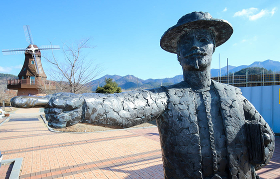A statue of Hendrik Hamel in Gangjin County, South Jeolla, in 2018. South Jeolla is one of the locations Hamel stayed during his 30 years in Korea during the 17th century. [JANG JEONG-PIL]