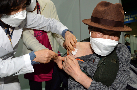 A senior citizen gets a Pfizer shot at a Covid-19 vaccination center in Daejeon as the country begins inoculating members of the general public aged 75 or older from Thursday. [KIM SUNG-TAE]
