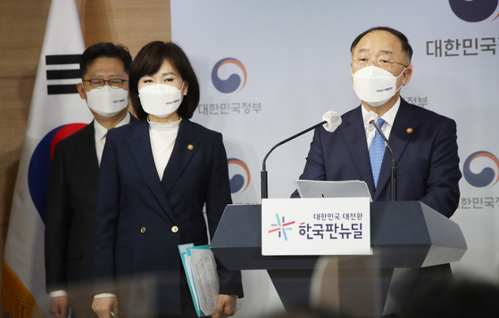 Finance Minister Hong Nam-ki attends a press briefing at the central government complex in Jongro, central Seoul on Monday. [YONHAP]