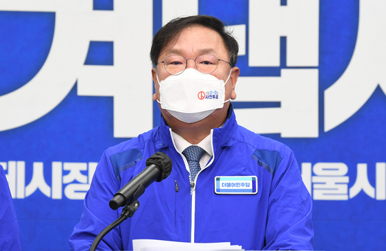 Acting chairman of the ruling Democratic Party, Kim Tae-nyeon, on Thursday issues an apology for the party lawmakers' unethical rent hikes. [YONHAP]