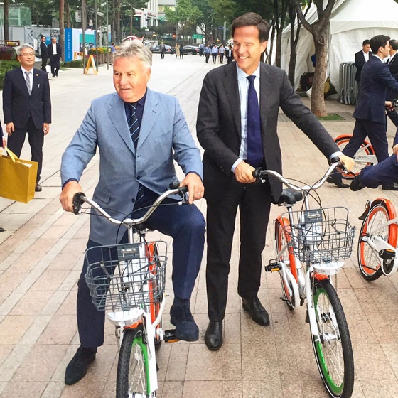 Dutch Prime Minister Mark Rutte, right, in Korea in September 2016. In this photo he is pictured with Guus Hiddink, the Dutch coach of Korea's national football team that made it to the semi-finals in the 2002 FIFA World Cup. [EMBASSY OF THE NETHERLANDS IN KOREA]