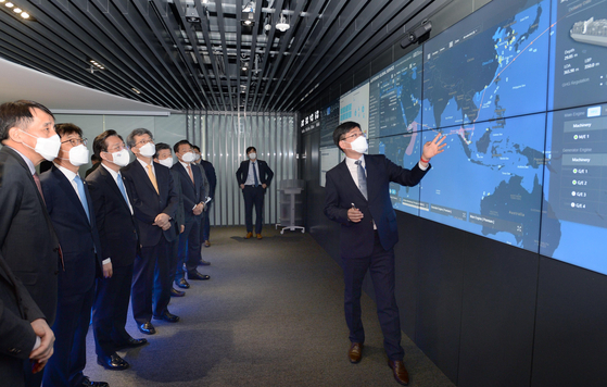 Minister of Trade, Industry and Energy Sung Yun-mo, third from left, is briefed on the smart technology applied to services by Hyundai Global Service, a subsidiary of Hyundai Heavy Industries, at its office in Busan on April 1. [MINISTRY OF TRADE, INDUSRY AND ENERGY]