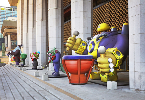 Five balloon installations of League of Legends video game characters playing different instruments stand outside the Sejong Center for the Performing Arts building in central Seoul. The Sejong Center will hold the ″League of Legends Live: The Orchestra″ on Friday and Saturday. [PARK SANG-MOON]