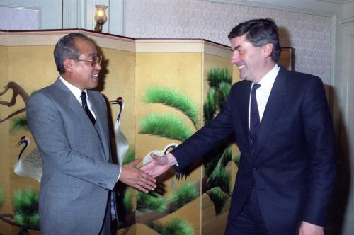 Dutch Prime Minister Rund Lubbers, right, greets Korea's then-Prime Minister Lho Shin-yong during the first visit by a Dutch prime minister to Korea, from April 12 to 16 in 1985. [KOREA TV]