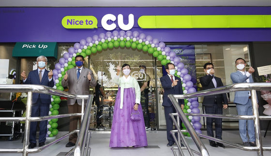 BGF Retail on Thursday announced that it has opened its first Malaysian CU convenience store, named CU Centerpoint, in Kuala Lumpur in partnership with MYCU Retail, a subsidiary of Malaysia's Mynews Holdings. Low Chooi Hoon, MYCU Retail CEO, center, took part in the opening ceremony on Thursday. [BGF RETAIL]