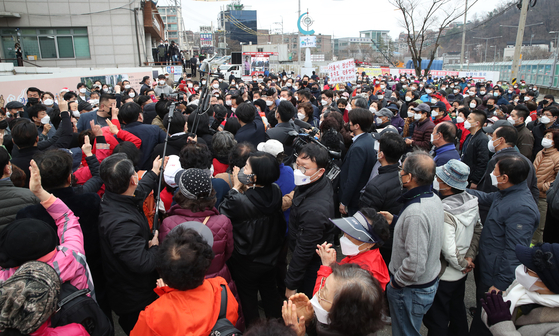 A gathering of Oh's supporters during his campaign in Gwanak District, southern Seoul, on Sunday. [YONHAP]