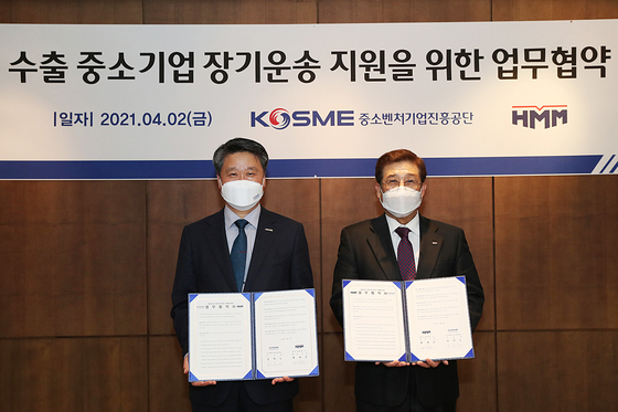 Bae Jae-hoon, HMM CEO, right, and Kim Hak-do, president of Korea SMEs and Startup Agency, after agreeing to a program to help small-and-mid-sized companies export, in central Seoul on Friday [HMM]