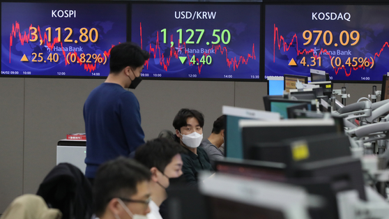 Seoul's benchmark Kospi closed at 3,112.8 on Friday, up 0.82 percent compared to the previous trading day. It is the first time since February 19 the index closed at over 3,100-mark. [YONHAP]
