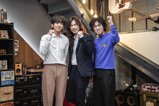 From left: Lee Seung-yoon, Jeong Hong-il and Lee Mu-jin pose for photos before the online press conference for JTBC's spin-off of ″Sing Again″ audition program, ″Famous Singer,″ on Friday afternoon. [JTBC]