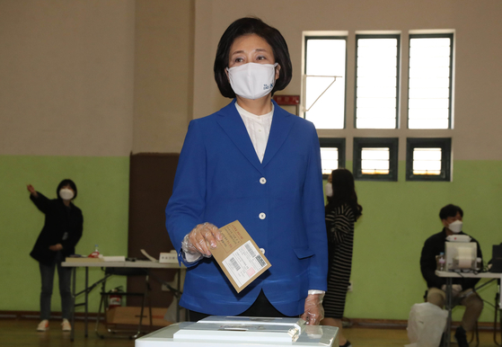 Park Young-sun, Seoul mayoral candidate of the Democratic Party, cast her ballot at the early voting station in Jongno District Office on Friday.  [YONHAP]