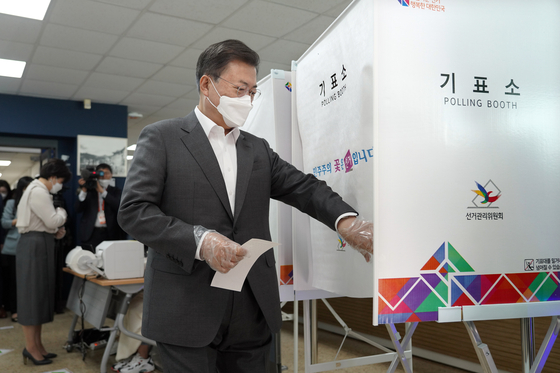 President Moon Jae-in enters a polling booth at the Samcheong-dong Community Center to cast his ballot for the Seoul mayoral by-election. The two-day early-voting period for the Wednesday's by-election started on Friday.  [YONHAP]