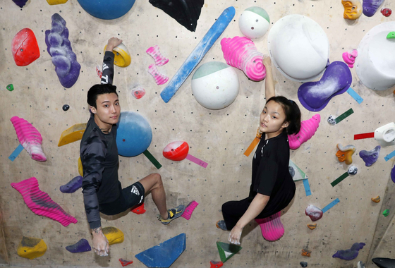 Sport climbers Chon Jong-won and Seo Chae-hyun practice at an indoor climbing wall in Gangnam, southern Seoul, on March 26.  [KIM SANG-SEON]