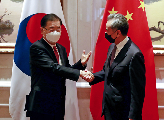 Korean Foreign Minister Chung Eui-yong, left, and Chinese Foreign Minister Wang Yi shake hands before their talks at a hotel in Xiamen in southeastern China Saturday. [YONHAP]