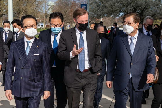 South Korean National Security Adviser Suh Hoon, right, walks with U.S. National Security Adviser Jake Sullivan, center, and their Japanese counterpart, Shigeru Kitamura, at the U.S. Naval Academy in Annapolis, Maryland, Friday. [FOREIGN MINISTRY]