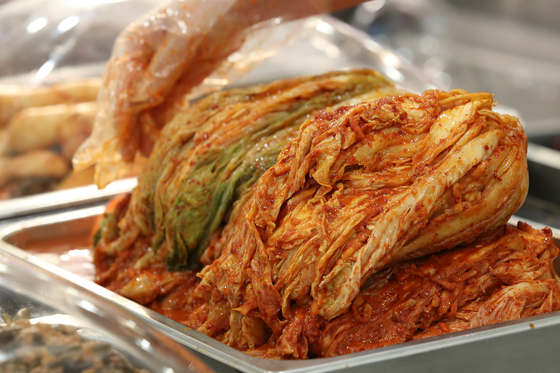 Kimchi is sold at a discount store in downtown Seoul on Feb. 15. [YONHAP]