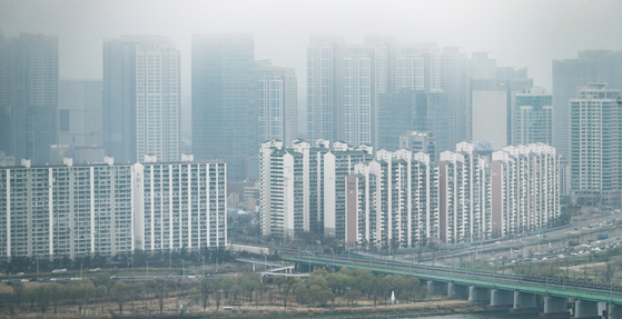 View of apartments in Seoul in March 2021. Because of the rise in the assessed value of apartments, some older people face larger health insurance bills. [YONHAP]