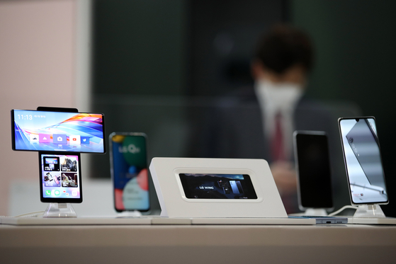 LG Electronics' smartphone set up for display at a store in central Seoul on Monday. [YONHAP]