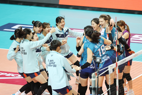 The GS Caltex Seoul KIXX celebrate after taking a 3-0 win in Game 2 of the V League Championship series against the Incheon Heungkuk Life Pink Spiders at Jangchung Arena in central Seoul on Sunday. The KIXX now lead the series 2-0. [YONHAP]