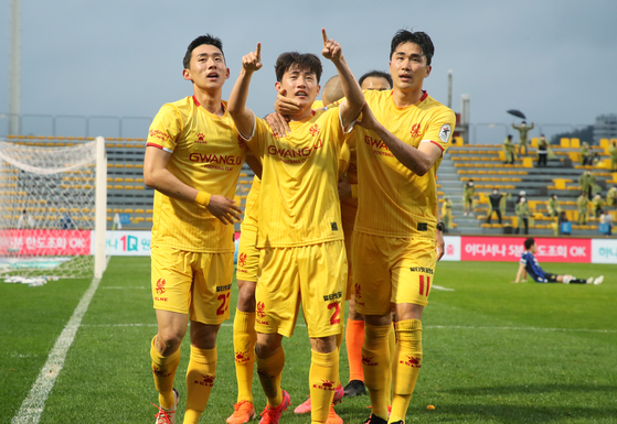 Lee Heui-Kyun, center, celebrates after scoring the winning goal for Gwangju FC during injury time at the end of the second half. Gwangju beat Incheon United 2-1 at Gwangju Football Stadium on Sunday.[YONHAP]
