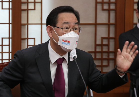 Rep. Joo Ho-young, floor leader of the main opposition People Power Party, complains Monday about the National Election Commission's recent decisions during his visit to the watchdog. Joo and other opposition members visited the election commission to protest that it is managing the by-elections unfairly. [NEWS1]