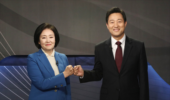 Park Young-sun, Seoul mayoral candidate of the ruling Democratic Party, left, and Oh Se-hoon, candidate of the People Power Party, attend a debate hosted by the Korea Broadcasting Journalists Club on Monday. The event was the final debate before Wednesday's by-election. [NEWS1]
