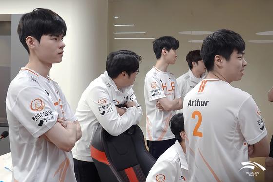 The Hanwha Life Esports' League of Legends team discuss tactics at their training facility. [HANWHA LIFE ESPORTS]