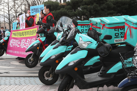 Baedal Minjok motorcycles lined up in Songpa where the developer Woowa Brothers' headquarters is located in March 2021. Germany's Delivery investment in buying Baemin was the biggest FDI in the first quarter of this year. [YONHAP]