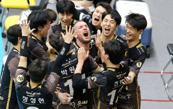 Felipe Airton Bandero of Ansan OK Savings Bank Rush & Cash, center, celebrates with his team after their win in the first round of the playoffs against Uijeongbu KB Insurance Stars at Uijeongbu Gymnasium in Uijeongbu, Gyeonggi on Sunday. [YONHAP]