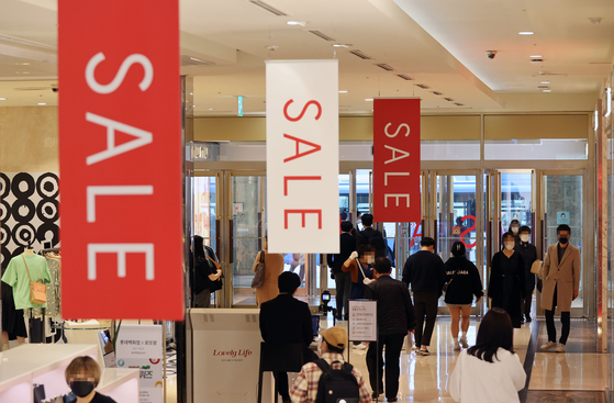 Banners announced the annual spring sale line at Lotte Department Store headquarters in Jung District, central Seoul, on Monday. Sales at major department stores have increased by 60 percent in spring so far this year compared to the same period a year earlier. [YONHAP]