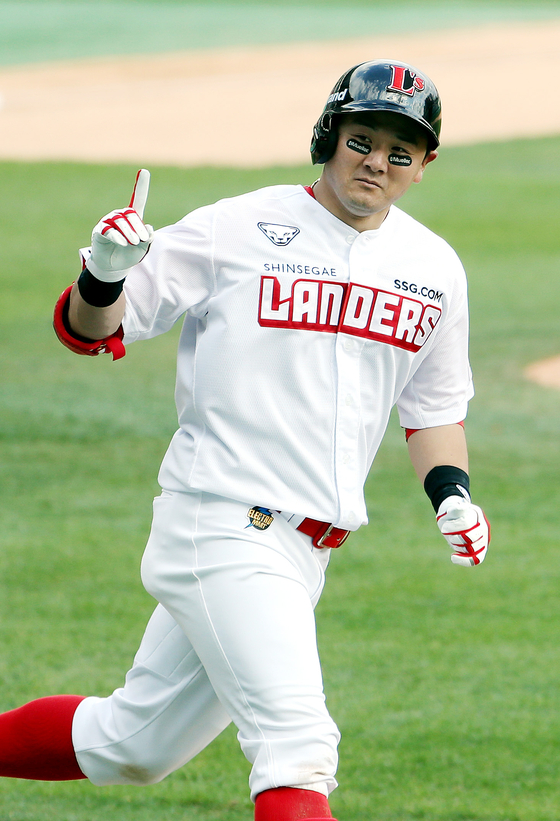 Choi Joo-hwan of the SSG Landers rounds the bases after hitting a home run in the eighth inning against the Lotte Giants at SSG Landers Field in Incheon on Sunday. [YONHAP]