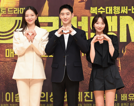 "From left, actors Esom, Lee Je-hoon and Pyo Ye-jin pose during Tuesday's press conference for the upcoming SBS series ""Taxi Driver."" Lee will play a mysterious taxi driver who offers ""revenge services."" Lee will play the dark hero, Esom a prosecutor and Pyo a hacker. [SBS]"