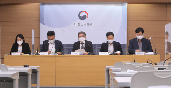 Officials at the Ministry of Economy and Finance hold a briefing on last year's government fiscal balance at the government complex in Sejong on Monday. [YONHAP]