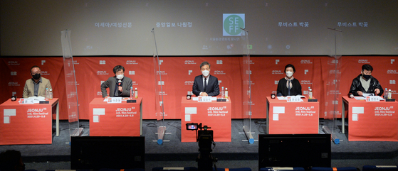 From left, programmer Chun Jin-su, festival director Lee Joon-dong, Jeonju Mayor Kim Seung-su and programmers Moon Sung-kyung and Moon Seok take questions at the online press event for the upcoming 22nd Jeonju International Film Festival. [NEWS1]